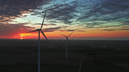 carvão gigante : Aerial view of sunset with wind turbines on farm field