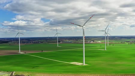 carvão gigante : Wind turbines with blue sky and clouds on green field, aerial view