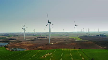 устойчивость : White wind farms on brown field in the countryside