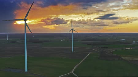 carvão gigante : Stunning aerial view of sunset with wind turbines on field Vídeos