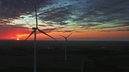 carvão gigante : Sunset with wind turbines on farm field, aerial view Vídeos