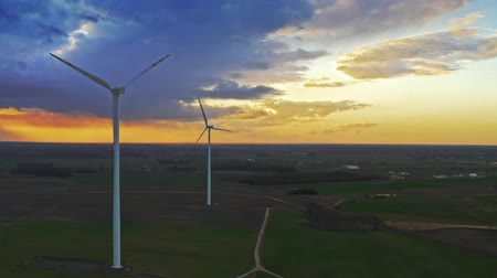 carvão gigante : Aerial view of wind turbines on field at sunset Vídeos