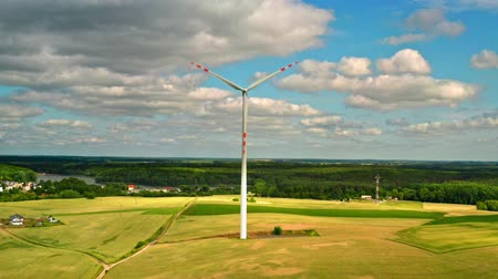 carvão gigante : Wind turbines on green field with blue sky, view from above, Poland Vídeos
