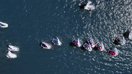 регата : Regatta of small boats on the lake in summer, view from above Стоковые видеозаписи
