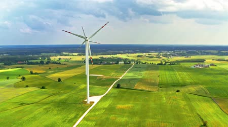 carvão gigante : Wind turbines on green field in summer, Poland from above Vídeos