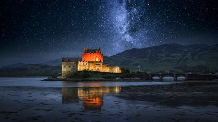 aeródromo : Milky way over illuminated Eilean Donan Castle at night, Scotland