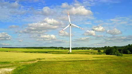 пропеллер : Wind turbines with blue sky and green field, aerial view Стоковые видеозаписи