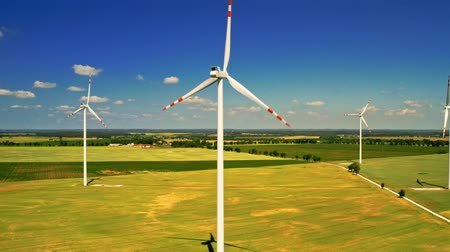 carvão gigante : White wind turbines in sunny summer day, aerial view