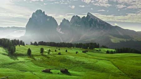 dolomit : Stunning Alpe di Siusi at sunrise in summer, aerial view