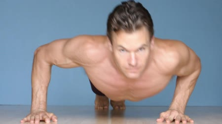 baixo teor de gordura : Male athlete performs modified side to side pushups and regular pushups