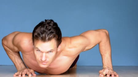 baixo teor de gordura : Male athlete performs modified angled pushups
