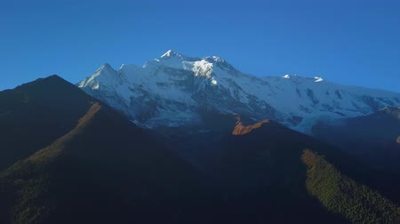 невозделанный : Sunrise above peak in the Himalaya range, Nepal