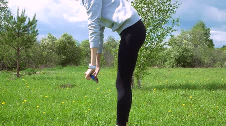 dupa : girl working out her core and glutes with a rubber band. Wideo