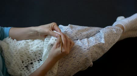 meada : Girl sitting on the floor.Handmade crochet close-up. Vídeos