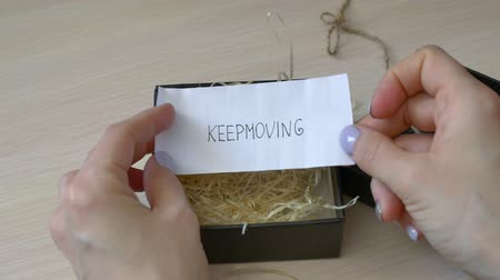 ösztönző : motivational message keep moving in a note in a gift box Stock mozgókép