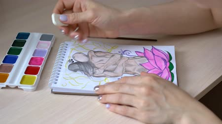 borracha : girl paints a picture, erases the outline of the picture with an eraser Vídeos
