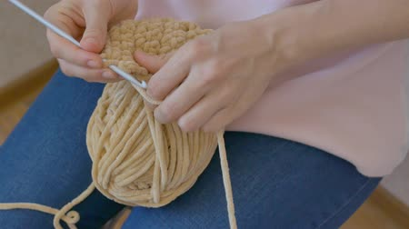 meada : Homemade manufacture of woolen clothing using crochet.
