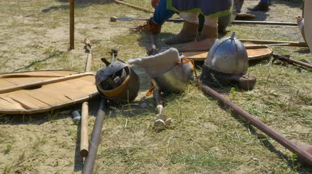 rytíř : Medieval weapons on the battlefield, warriors rest after the battle