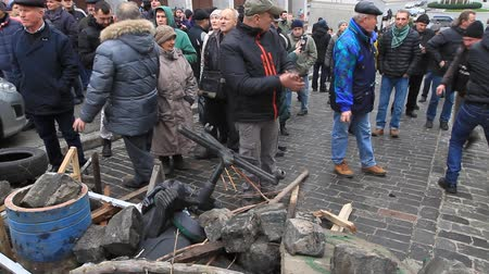castração : Ukraine. Kiev. December 5, 2017. People dismantle paving stones on the road and build barricades. Protest against the detention of Saakashvili.