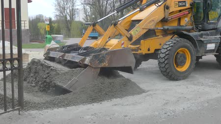 buldozer : Kiev, 19 April 2018, Ukraine: The bucket of the excavator digs the ground Stok Video