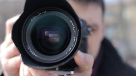 фокус : Man with the camera adjusts the focus on the fixed lens. HD