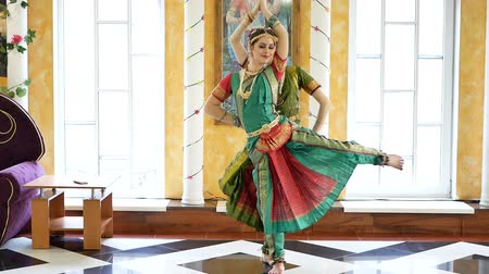 традиционный : Beautiful Indian girls dancer indian dance.
