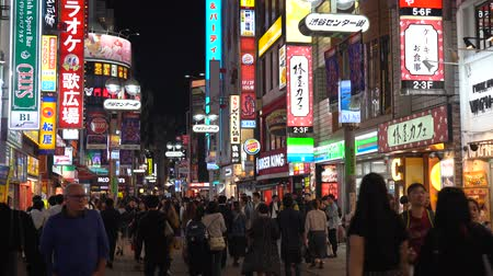 látogatók : Crowd of people in Shibuya shopping street district. Shibuya is known as one of the fashion centers of Japan for young people, and as a major nightlife area.