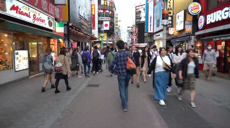 посетитель : Tokyo, Japan-May 4, 2019: Walking on Downtown Shibuya district in Day time (time-lapse). Shibuya is popular tourist destinations in Tokyo, lots of fashion stores shops and restaurants here.