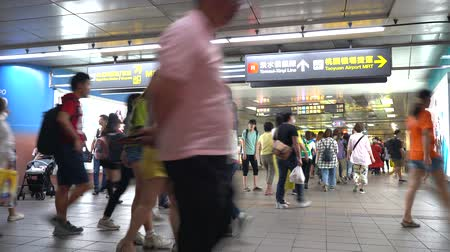 Taipei metro station hall. Subway passengers walk through the enormous underground network of Taipei Metro system ( 4K UHD time-lapse ), camera panni ng left to right Dostupné videozáznamy