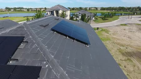 dağ evi : Houses with solar energy panels on roofs, small suburbian eco village, aerial shot in 4k
