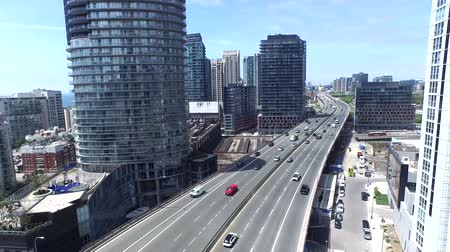 belvárosi kerület : Big highway road in Toronto downtown district and modern architecture, 4k aerial