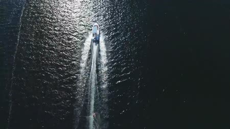 narciarz : Top aerial shot of a water skiing motor boat sailling in calm sea Wideo