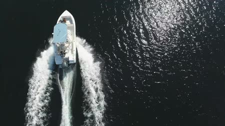 narciarz : Top aerial view on small water skiing motor boat in calm sea and big white waves Wideo