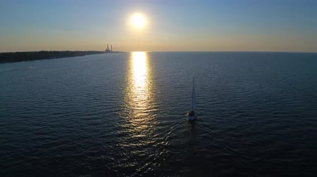 tyrkysový : 4k aerial evening sunset in beautiful seascape with lonely sailing yacht in water