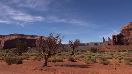 fennsík : Monument Valley Navajo Tribal park in Colorado Plateau with wild nature canyon desert landscape of rocky stone cliffs, 4k