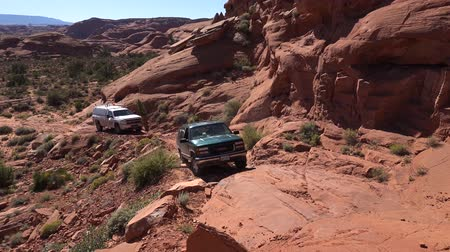 fennsík : All terain cross country off road suv vehicles stuck in desert canyon rocky cliffs of Monument Valley Navajo Tribal park