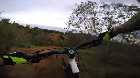 ciclismo : Extreme sport activity biking riding on mountain bike downhill dangerous countryside hill road in first person 4k pov Vídeos