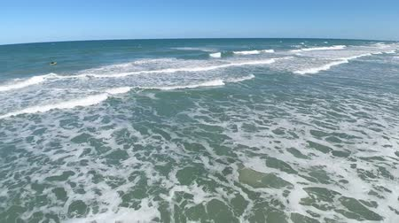 kakao : Beautiful summer morning at Cocoa surf beach Florida in white calm foam wave of Atlantic ocean skyline 4k drone seascape Wideo