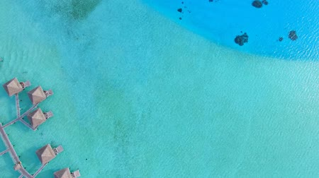 estância turística : Stunning top 4k aerial view on bridge bungalow hotel in turquoise blue Pacific ocean water in Bora Bora island seascape
