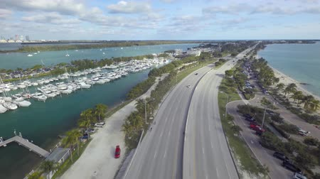 Майами : Amazing 4k aerial drone camera view on Miami downtown Florida empty highway road on ocean coast line sand beach seascape