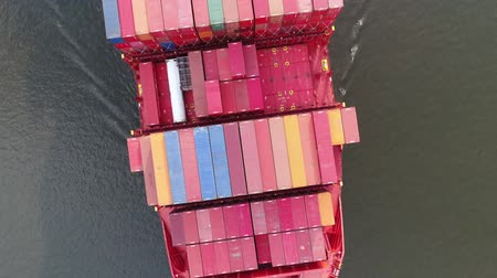 konténer : Top 4k aerial seascape view on big red loaded cargo freight container ship sailing slowly in calm ocean water