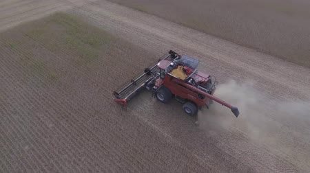 kombájn : Top 4k aerial shot on big agriculture machine truck combine vehicle harvesting organic wheat crops from farming field
