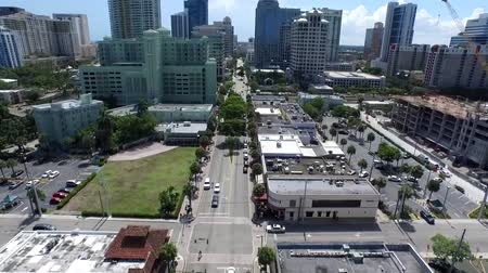 реальное время : Calm street road in downtown modern architecture tall buildings of Florida cityscape in beautiful aerial 4k drone view Стоковые видеозаписи