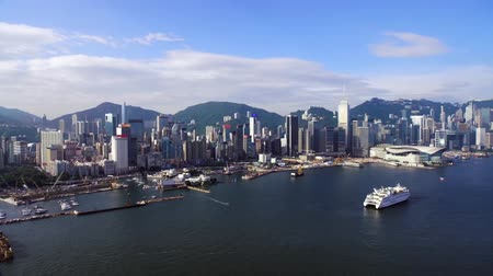 drone flies over the sea, view of downtown, in the frame of skyscrapers against the backdrop of mountains, a huge metropolis Hong Kong, sails the ship Stok Video