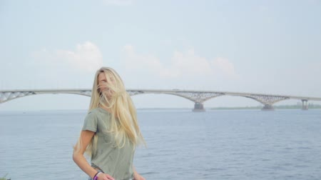 posando : girl having fun on the Volga River Stock Footage