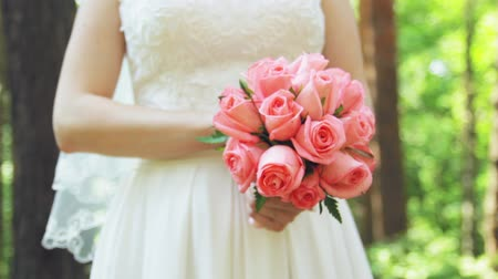 evli : bride with a bouquet in hand Stok Video