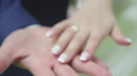 новобрачный : The brides hand strokes a wedding bouquet Стоковые видеозаписи