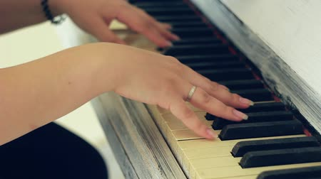 akord : The hands of a man playing the piano