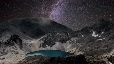 yolları : Milky way time lapse over mountain lake in Rocky Mountains.