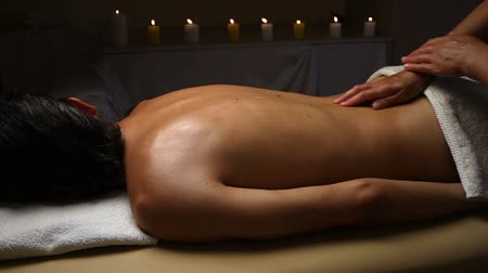 estância termal : Man relaxing with massage at beauty spa.